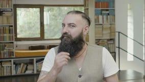 Επιχειρησιακό άτομο με τη γενειάδα που κάνει τη χειρονομία βλασφημίας και που εκφράζει την απογοήτευσή του - απόθεμα βίντεο