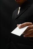 επιχειρησιακό άτομο με τη επαγγελματική κάρτα Στοκ εικόνες με δικαίωμα ελεύθερης χρήσης