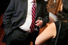 Επιχειρησιακό άτομο με τη μαύρη ακολουθία και το ποτό Στοκ φωτογραφία με δικαίωμα ελεύθερης χρήσης