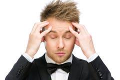 Επιχειρησιακό άτομο με τις ιδιαίτερες προσοχές που βάζει τα χέρια στο κεφάλι Στοκ εικόνα με δικαίωμα ελεύθερης χρήσης