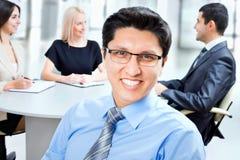 Επιχειρησιακό άτομο με τους συναδέλφους Στοκ εικόνα με δικαίωμα ελεύθερης χρήσης