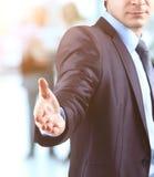 Επιχειρησιακό άτομο με το ανοικτό χέρι έτοιμο να κάνει μια διαπραγμάτευση στους συναδέλφους diskussiya υποβάθρου Στοκ Εικόνα