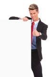 Επιχειρησιακό άτομο με το κενό χαρτόνι που κάνει εντάξει Στοκ φωτογραφία με δικαίωμα ελεύθερης χρήσης