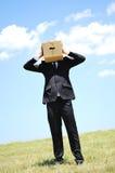 Επιχειρησιακό άτομο με το κιβώτιο στο κεφάλι Στοκ φωτογραφία με δικαίωμα ελεύθερης χρήσης