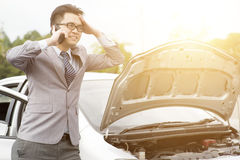 Επιχειρησιακό άτομο με το σπασμένο αυτοκίνητο στοκ φωτογραφία με δικαίωμα ελεύθερης χρήσης