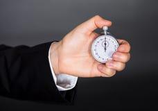 Επιχειρησιακό άτομο με το χρονόμετρο με διακόπτη Στοκ εικόνες με δικαίωμα ελεύθερης χρήσης