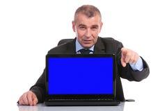 Επιχειρησιακό άτομο με το lap-top στα σημεία γραφείων σε σας Στοκ εικόνα με δικαίωμα ελεύθερης χρήσης