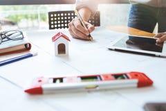 Επιχειρησιακό άτομο μηχανικών εργατικό στο σχεδιάγραμμα αρχιτεκτόνων σχεδίων Στοκ Φωτογραφίες