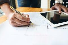 Επιχειρησιακό άτομο μηχανικών εργατικό στο σχεδιάγραμμα αρχιτεκτόνων σχεδίων Στοκ φωτογραφία με δικαίωμα ελεύθερης χρήσης