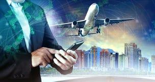 Επιχειρησιακό άτομο που αγγίζουν στο έξυπνο τηλέφωνο και αεροπλάνο που πετά το μέσο AI Στοκ Εικόνα