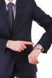 Επιχειρηματίας που δείχνει στο wristwatch του. Στοκ Εικόνες