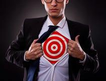 Επιχειρησιακό άτομο που εμφανίζει έναν στόχο κάτω από το πουκάμισό του Στοκ εικόνες με δικαίωμα ελεύθερης χρήσης