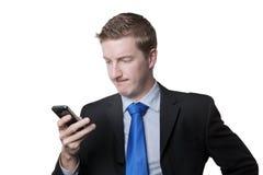 Επιχειρησιακό άτομο που εξετάζει το τηλέφωνό του Στοκ φωτογραφία με δικαίωμα ελεύθερης χρήσης