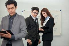 Επιχειρησιακό άτομο που εργάζεται με μια ψηφιακή ταμπλέτα στοκ φωτογραφία
