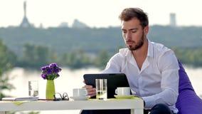 Επιχειρησιακό άτομο που εργάζεται με μια ψηφιακή ταμπλέτα απόθεμα βίντεο