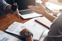 Επιχειρησιακό άτομο που εργάζεται με την πίεση στο γραφείο με το lap-top και docum Στοκ φωτογραφίες με δικαίωμα ελεύθερης χρήσης