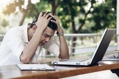 Επιχειρησιακό άτομο που εργάζεται με την πίεση στο εξωτερικό γραφείο με το lap-top, στοκ εικόνες με δικαίωμα ελεύθερης χρήσης