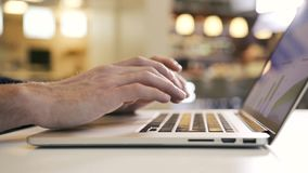 Επιχειρησιακό άτομο που εργάζεται πέρα από το χέρι δάχτυλων δακτυλογράφησης γραφείων υπολογιστών στο πληκτρολόγιο lap-top