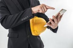 Επιχειρησιακό άτομο που εργάζεται σε κινητό σας στο χέρι του Στοκ Εικόνες