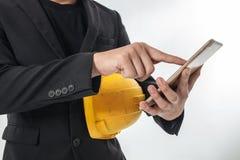 Επιχειρησιακό άτομο που εργάζεται σε κινητό σας στο χέρι του Στοκ εικόνες με δικαίωμα ελεύθερης χρήσης