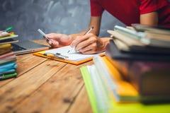 Επιχειρησιακό άτομο που εργάζεται σκληρά στο σπίτι στο δωμάτιο γραφείων με τα έγγραφα Στοκ εικόνα με δικαίωμα ελεύθερης χρήσης