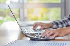 Επιχειρησιακό άτομο που εργάζεται στο γραφείο με το lap-top και τα έγγραφα σε δικοί του στοκ φωτογραφίες με δικαίωμα ελεύθερης χρήσης