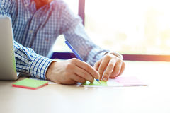 Επιχειρησιακό άτομο που εργάζεται στο γραφείο με το lap-top και τα έγγραφα στο γραφείο του Στοκ Εικόνες