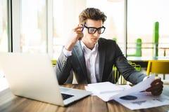 Επιχειρησιακό άτομο που εργάζεται στο γραφείο με το lap-top και τα έγγραφα στο γραφείο του Αναλύστε τα σχέδια, έγγραφα, πληκτρολό Στοκ Εικόνες
