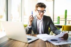 Επιχειρησιακό άτομο που εργάζεται στο γραφείο με το lap-top και τα έγγραφα στο γραφείο του Αναλύστε τα σχέδια, έγγραφα, πληκτρολό Στοκ Φωτογραφίες