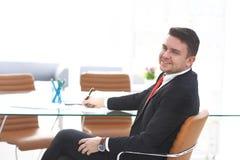 Επιχειρησιακό άτομο που εργάζεται στο γραφείο με το lap-top και τα έγγραφα στο γραφείο του Στοκ εικόνα με δικαίωμα ελεύθερης χρήσης