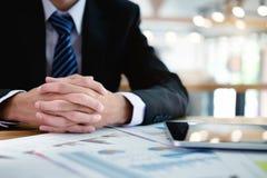 Επιχειρησιακό άτομο που εργάζεται στο γραφείο με το lap-top και τα έγγραφα σε δικοί του Στοκ Εικόνες