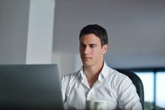 Επιχειρησιακό άτομο που εργάζεται στο φορητό προσωπικό υπολογιστή στο σπίτι Στοκ Φωτογραφίες