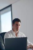 Επιχειρησιακό άτομο που εργάζεται στο φορητό προσωπικό υπολογιστή στο σπίτι Στοκ εικόνες με δικαίωμα ελεύθερης χρήσης