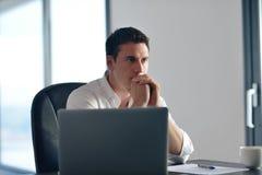 Επιχειρησιακό άτομο που εργάζεται στο φορητό προσωπικό υπολογιστή στο σπίτι Στοκ Εικόνες