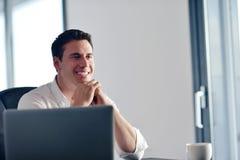 Επιχειρησιακό άτομο που εργάζεται στο φορητό προσωπικό υπολογιστή στο σπίτι Στοκ εικόνα με δικαίωμα ελεύθερης χρήσης