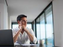 Επιχειρησιακό άτομο που εργάζεται στο φορητό προσωπικό υπολογιστή στο σπίτι Στοκ φωτογραφία με δικαίωμα ελεύθερης χρήσης
