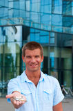Επιχειρησιακό άτομο που κρατά ένα κλειδί μπροστά από το σύγχρονο επιχειρησιακό κτήριο Στοκ φωτογραφία με δικαίωμα ελεύθερης χρήσης