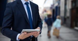 Επιχειρησιακό άτομο που κρατά ένα σημειωματάριο στο κλίμα οδών Στοκ φωτογραφία με δικαίωμα ελεύθερης χρήσης