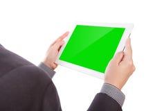 Επιχειρησιακό άτομο που κρατά μια συσκευή οθόνης αφής Στοκ εικόνα με δικαίωμα ελεύθερης χρήσης