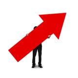 Επιχειρησιακό άτομο που κρατά το κόκκινο σημάδι βελών Στοκ φωτογραφία με δικαίωμα ελεύθερης χρήσης