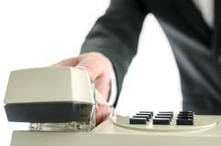 Επιχειρησιακό άτομο που κλείνει το τηλέφωνο το ακουστικό τηλεφώνου Στοκ εικόνα με δικαίωμα ελεύθερης χρήσης