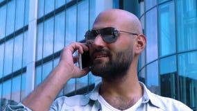 Επιχειρησιακό άτομο που μιλά στο κινητό τηλέφωνο στην πόλη απόθεμα βίντεο