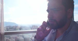 Επιχειρησιακό άτομο που μιλά στο τηλέφωνο κυττάρων στο σπίτι Στοκ εικόνες με δικαίωμα ελεύθερης χρήσης