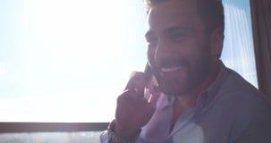 Επιχειρησιακό άτομο που μιλά στο τηλέφωνο κυττάρων στο σπίτι Στοκ φωτογραφία με δικαίωμα ελεύθερης χρήσης