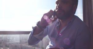 Επιχειρησιακό άτομο που μιλά στο τηλέφωνο κυττάρων στο σπίτι Στοκ φωτογραφίες με δικαίωμα ελεύθερης χρήσης