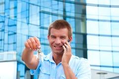 Επιχειρησιακό άτομο που μιλά στο τηλέφωνο μπροστά από το σύγχρονο επιχειρησιακό κτήριο Στοκ Φωτογραφία