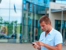 Επιχειρησιακό άτομο που μιλά στο τηλέφωνο μπροστά από το σύγχρονο επιχειρησιακό κτήριο Στοκ φωτογραφία με δικαίωμα ελεύθερης χρήσης