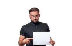 Επιχειρησιακό άτομο που παρουσιάζει κενό σημάδι καρτών εγγράφου Στοκ φωτογραφίες με δικαίωμα ελεύθερης χρήσης
