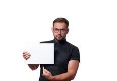 Επιχειρησιακό άτομο που παρουσιάζει κενό σημάδι καρτών εγγράφου Στοκ Εικόνες