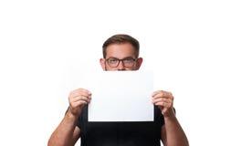 Επιχειρησιακό άτομο που παρουσιάζει κενό σημάδι καρτών εγγράφου Στοκ Φωτογραφία